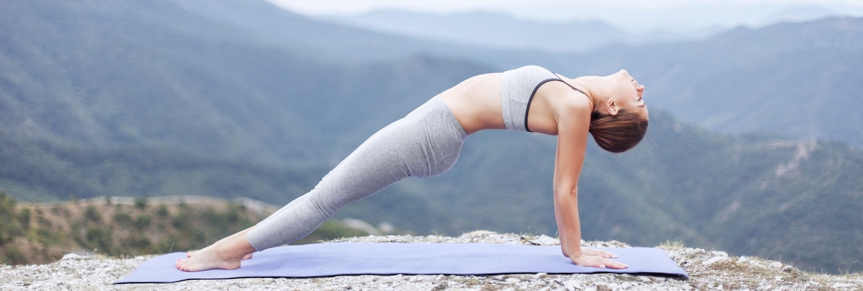 femme yoga sur une falaise